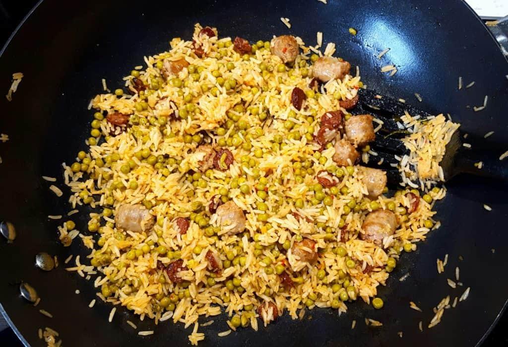 Gebakken rijst met chorizo, kalfsworstjes en doperwten - recept