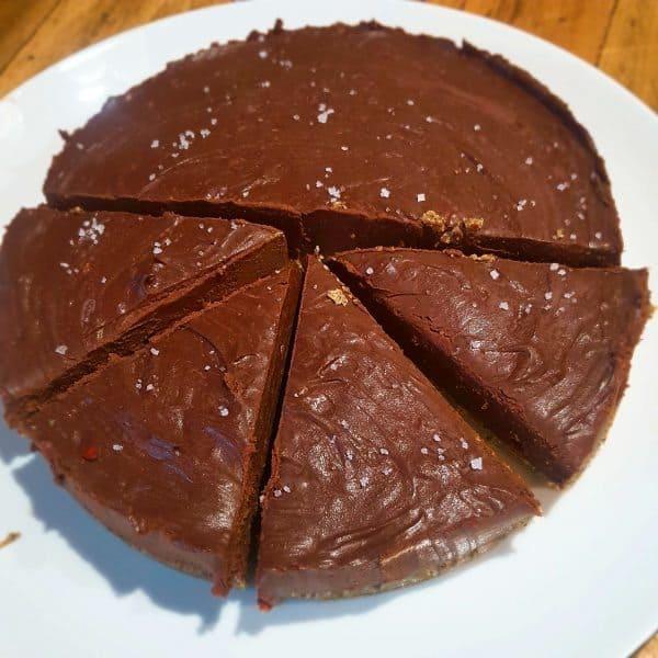 No bake Chocoladetaart met rozemarijn, rode peper & salty caramelsaus