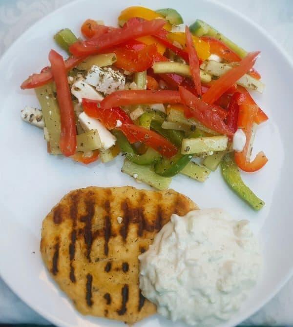 Griekse salade met platbrood en Tzatziki
