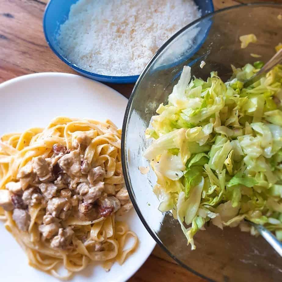 Tagliatelle met kip en amandelen en een groene salade