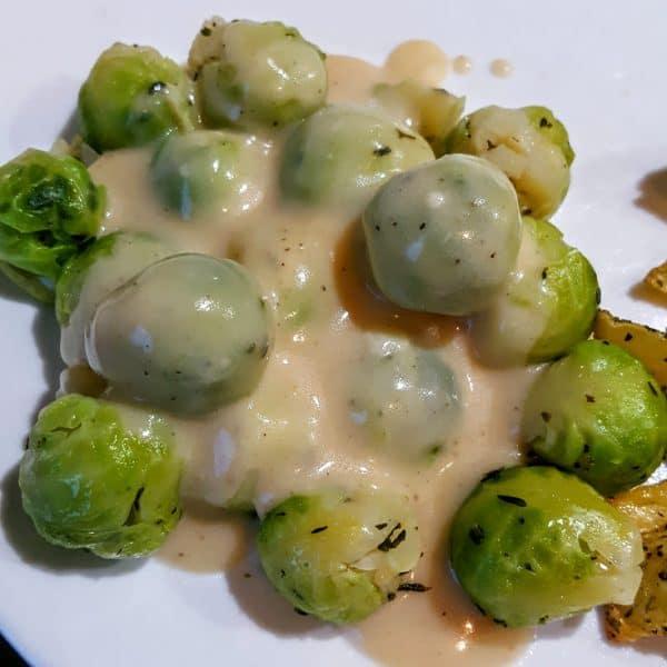 Spruitjes met kaassaus, geroosterde aardappelen en varkensfiletlapjes