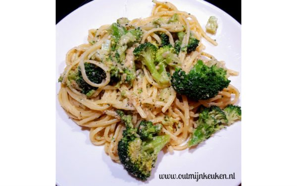 Linguine met broccoli en roomsaus met walnoten