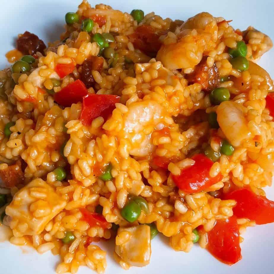 Paella met chorizo, kip en garnalen