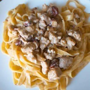 hoofdgerechten pasta Tagliatelle met kip en amandelen