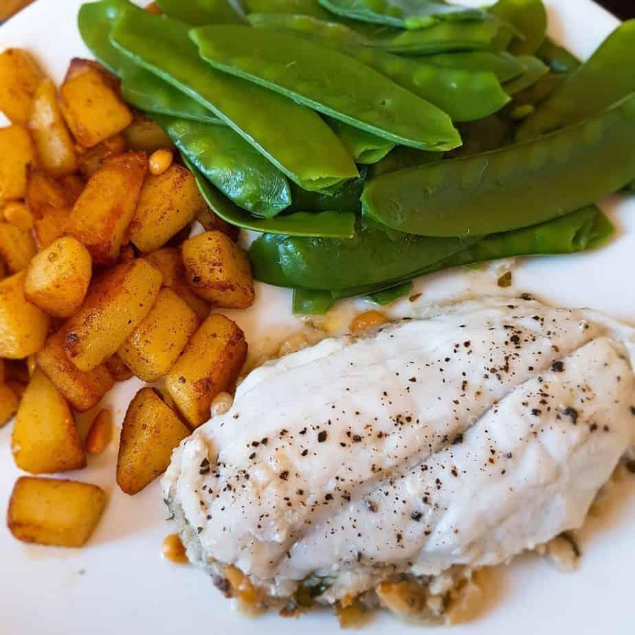 Vispakketjes met schol, peultjes en gebakken aardappelen