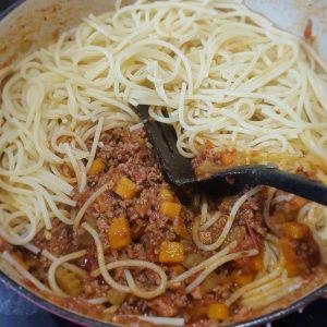 Spaghetti en saus mengen