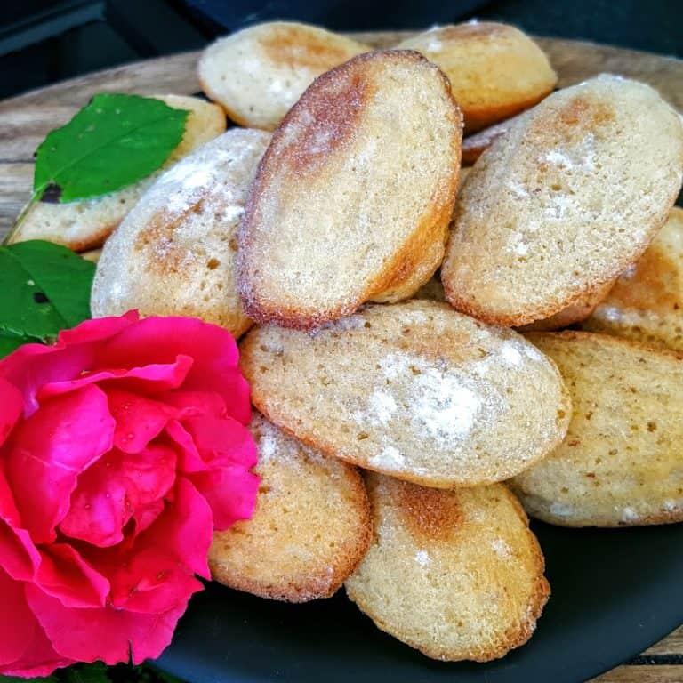 cakejes bakken met bloem