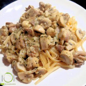 hoofdgerechten pasta pasta met kip, champignons en knoflook