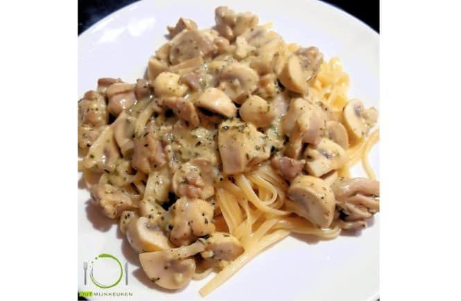 Pasta met kip, champignons en knoflook