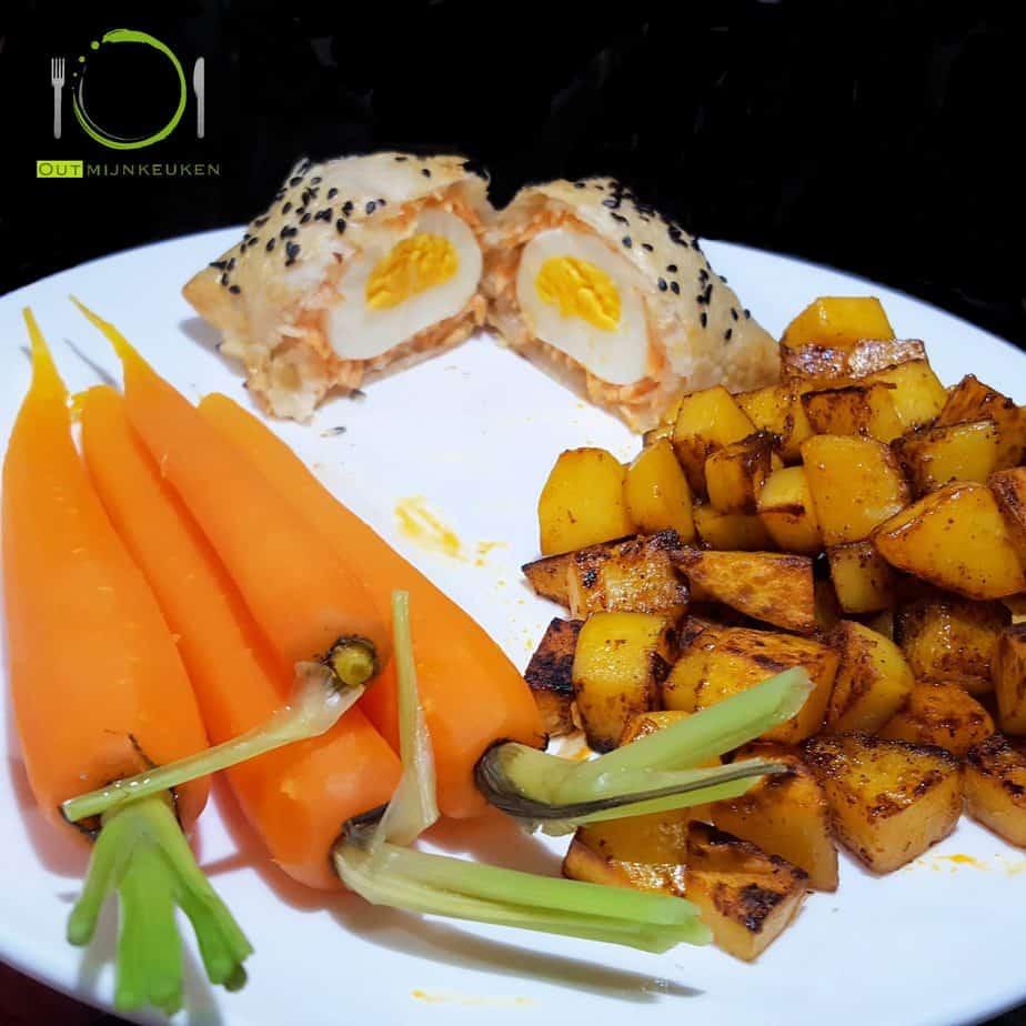 Ingepakt ei met wortelen en gebakken aardappelen