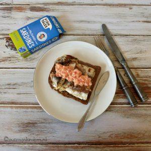 Sardines met tomaten mayonaise op brood