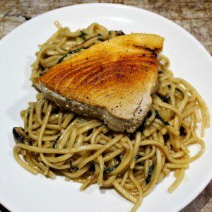 Noodles met tonijnsteak
