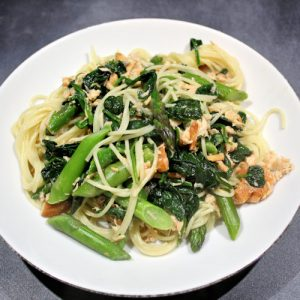 pasta met zalm, asperges en spinazie