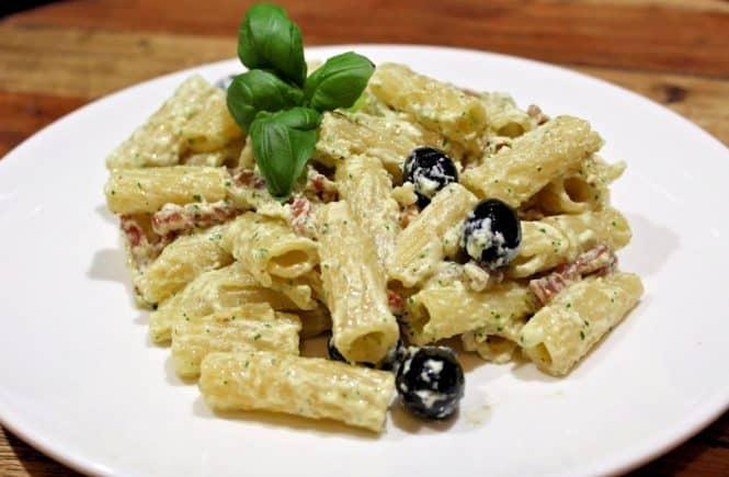 penne met pancetta, ricotta en olijven