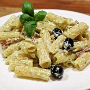 penne met pancetta en olijven