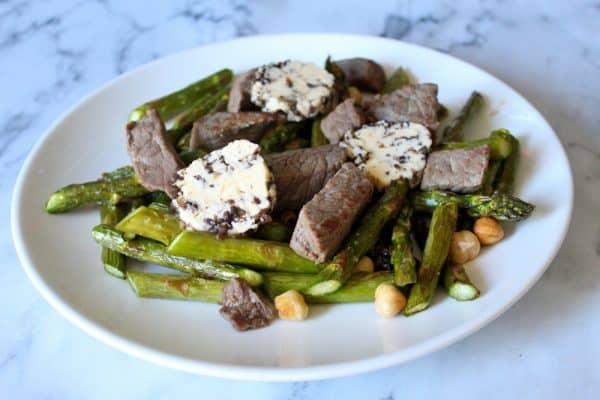 lauwwarme aspergesalade met biefstuk en truffelboter